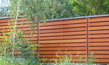 Комбинированный деревянный забор оригинальной конструкции
