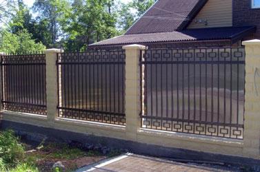 Кованый забор из поликарбоната