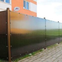 Забор из поликарбоната. Как построить это ограждение своими руками.