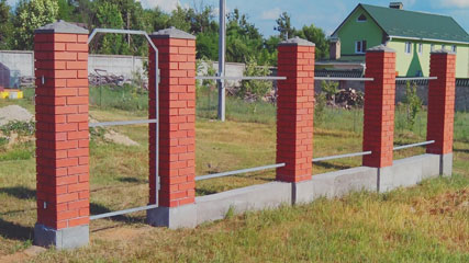 Строим стены забора из кирпича